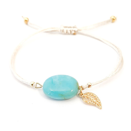 Beige armbandje met turquoise look-a-like steen en goudkleurige bedel