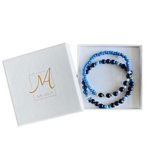 Giftset van twee blauwe armbanden. Een combinatie van Lapis Lazuli, rocailles en Swarovski style kralen vrijstaand