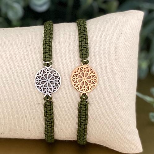 Twee groene macramé armbandjes op beige kussentje