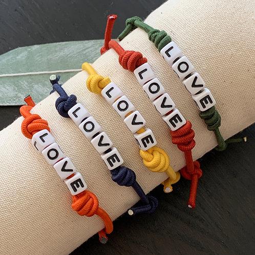 Elastische armbanden met schuifknoop en tekst 'Love'
