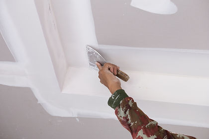 hand of worker using gypsum plaster ceil