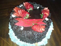 Pastel de chocolate y frutillas