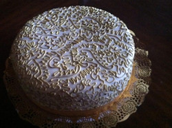 Pastel con detalles dorados