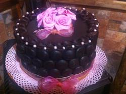 Pastel de chocolate y rosas