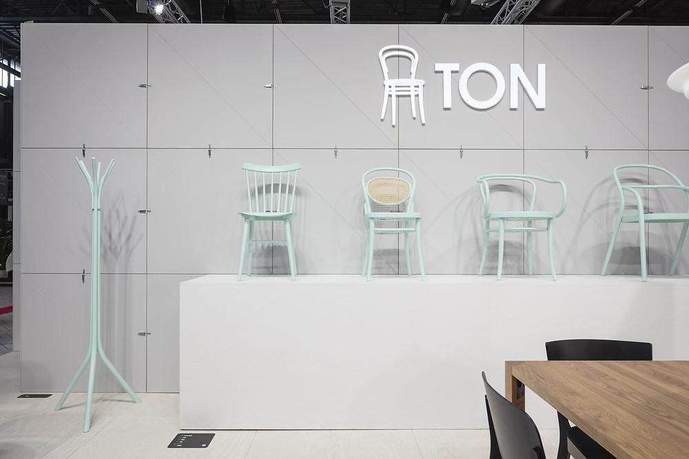 Чешский бренд TON покрасил классический Венский стул в нежно мятный цвет.