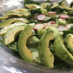 Crunchy salad with avocado