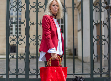 Sous les Pavés se marie parfaitement avec votre smoking en tapis rouge recyclé