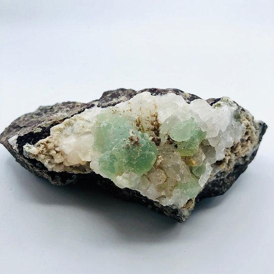 Préhnite | sur matrice de roche de balsate avec calcite et quartz de Brandberg