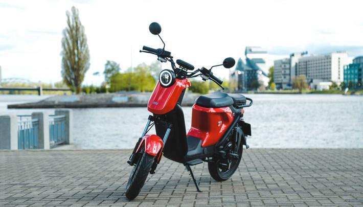 Produktu fotosesija NIU elektriskajiem motorolleriem