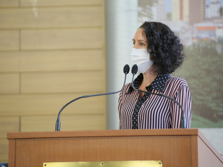 Fernanda questiona falta de fraldas geriátricas e dieta enteral na rede de saúde
