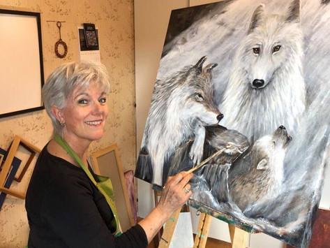 Heltids kunstner med motiv og malerier som forteller sterke og viktige historier