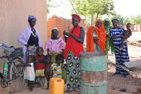 Donne in attesa di prendere l'acqua dal nuovo pozzo