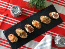 Canapés de salmon ahumado, cebolla caramelizada, jamon serano