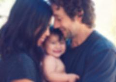 הורים ותינוק שמחים ובריאים