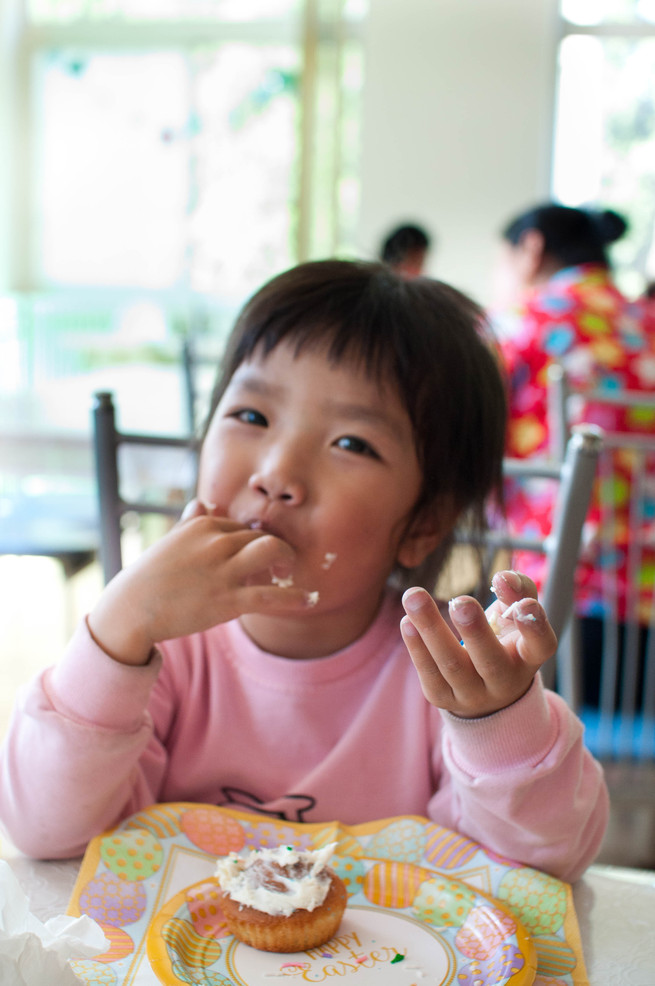 4 year old Si Chun devours her birthday cupcake
