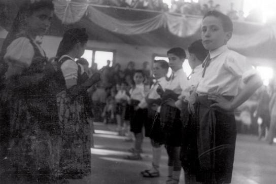 Grup de mitjans, preparats per ballar a la sala de l'Ataneu (1953)