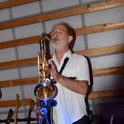 Roby en plein solo au saxophone