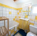 Badezimmer-Portugal-Ferienhaus-Alentejo-Familinefreundlich-Urlaub-gelb-naturfreunde.jpg