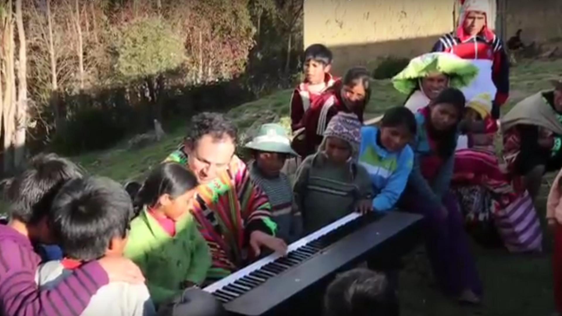 Con Nignos al piano.jpg