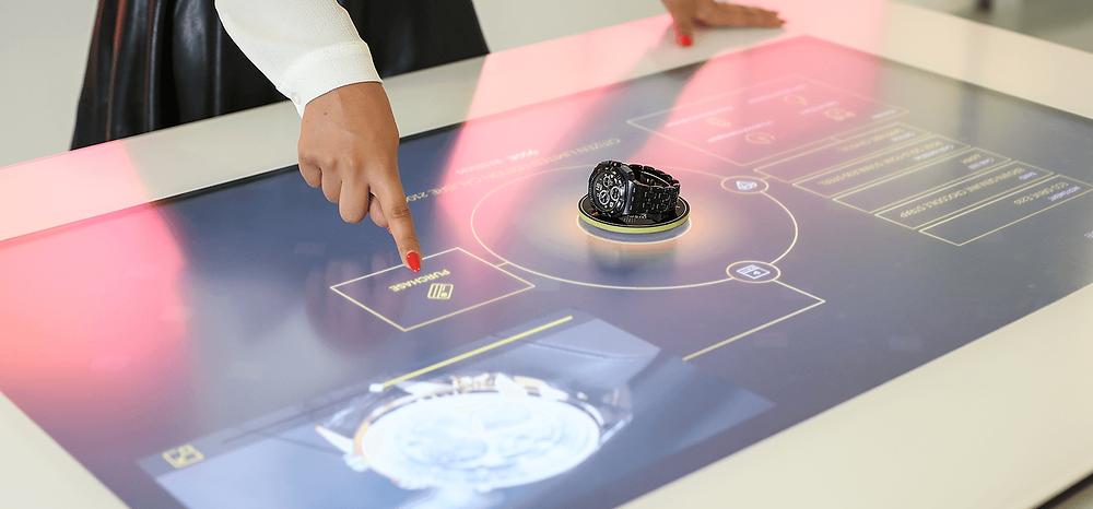 Un exemple dans le luxe de l'usage de la reconnaissance d'objet avec des montres de luxe et une table tactile.