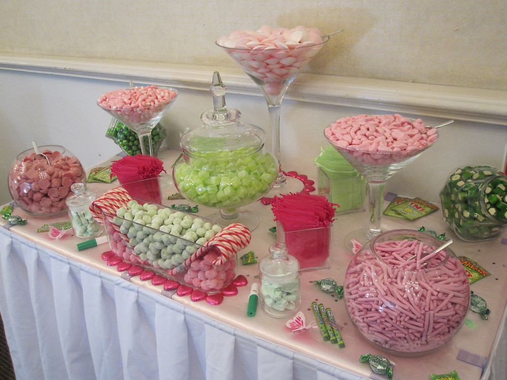 green and pink sweet table