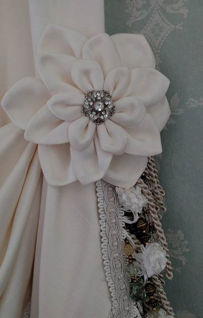 Close up of the fabric Dahlia and rhines