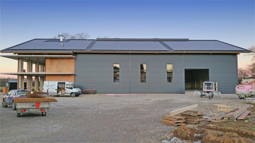 Unser neues Headquarter im Bau >>> Lokal ansässige Handwerksfirmen haben unser Headquarter gebaut. Die Solaranlage auf dem Dach kommt von unserem Nachbarn Elektrotechnik Friebe, der auch die Hackschnitzel- Heizanlage betreibt