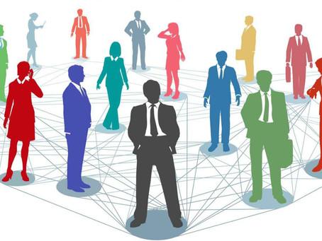Como as partes de um sistema se influenciam mutuamente e produzem efeitos entre si nas organizações?