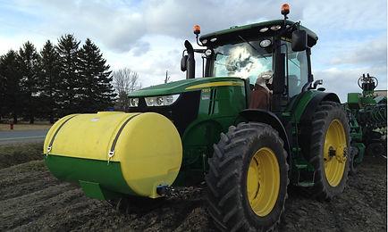 Réservoir de plastique sur le tracteur