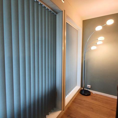 Lamellgardiner med tekstil som passer perfekt til veggfargen.  Tekstil: Polar 100001-0328