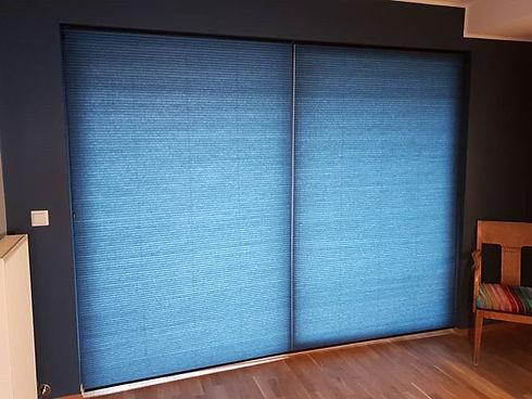 Blå plissegardiner