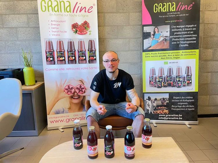 Renaud Malache avec les bouteilles de purs jus de grenade Granaline