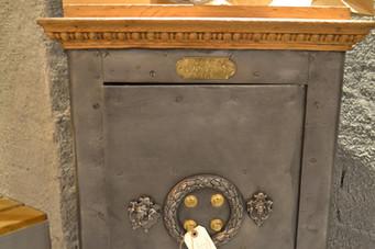 cofre antigo Petit Jean. Old safe box Petit jean