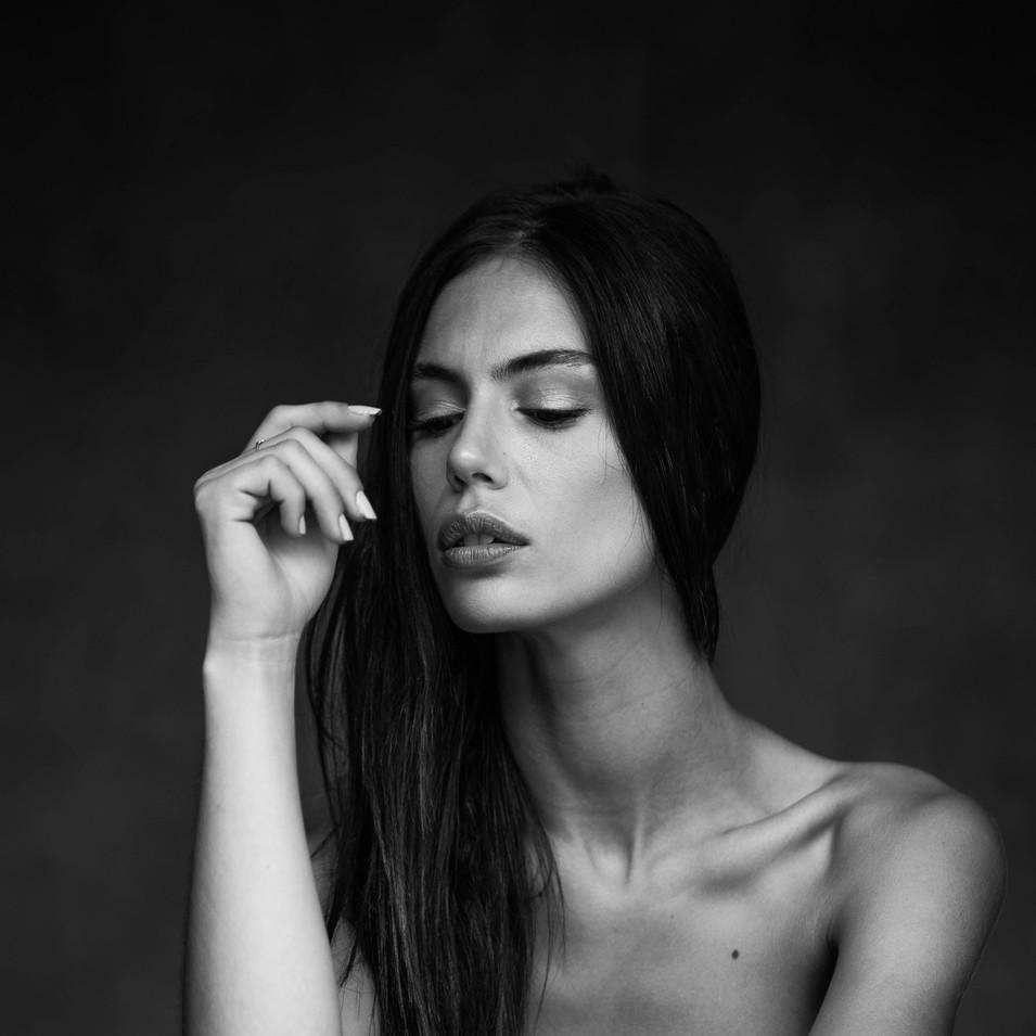 PHOTOGRAPHE : Max Belluca MODÈLE : Alicia Tadrist MAQUILLAGE : Lisa Brusque