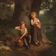Zwei Kinder unter Einem Baum am Waldrand