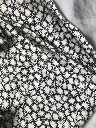 tissu fond noir fleurs blanches