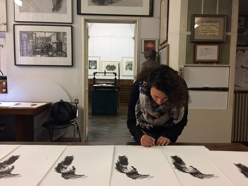 Giorgia firma e numera la tiratura del Bucero dalle guance argentate