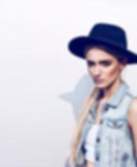 junge hübsche Frau mit Hut
