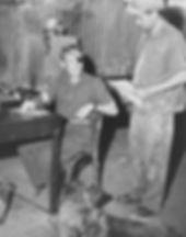 דן צימרמן במעבדה לגומי בקיבוץ העוגן