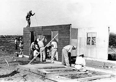 הצריפים הראשונים מוקמים בקיבוץ העוגן