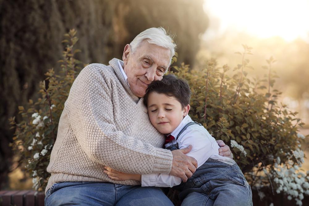 Câlin entre grand-père et son petit-fils