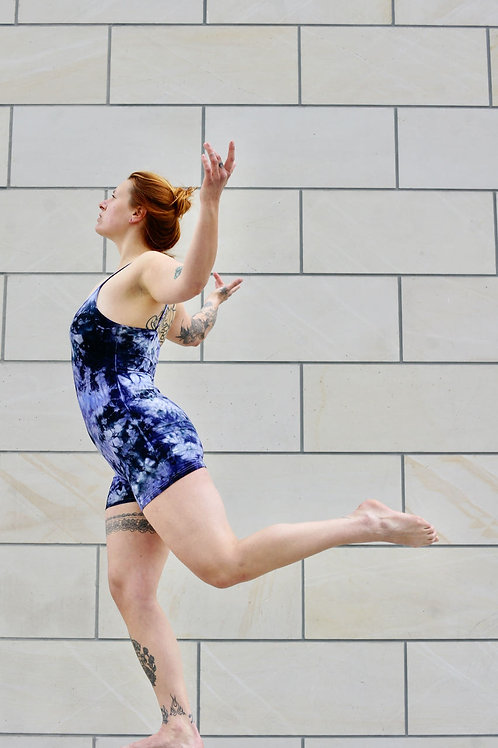 Kurzer Schwarz Lila Batik Jumpsuit - deliciouslyVELVET