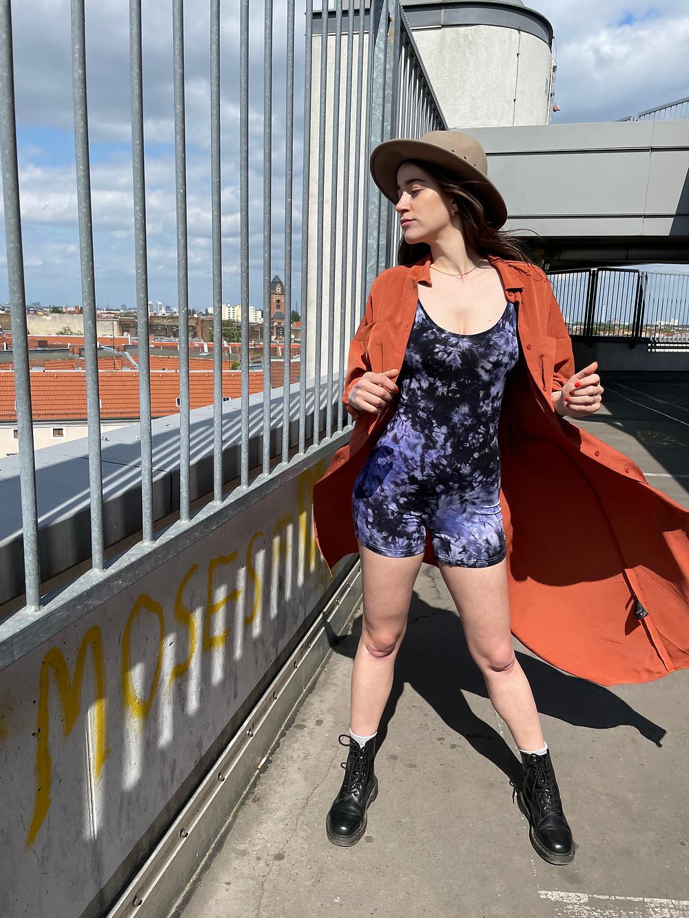 Outfit Kombination für den schwarz lila Batik Einteiler deliciouslyVELVET von Tinalicious