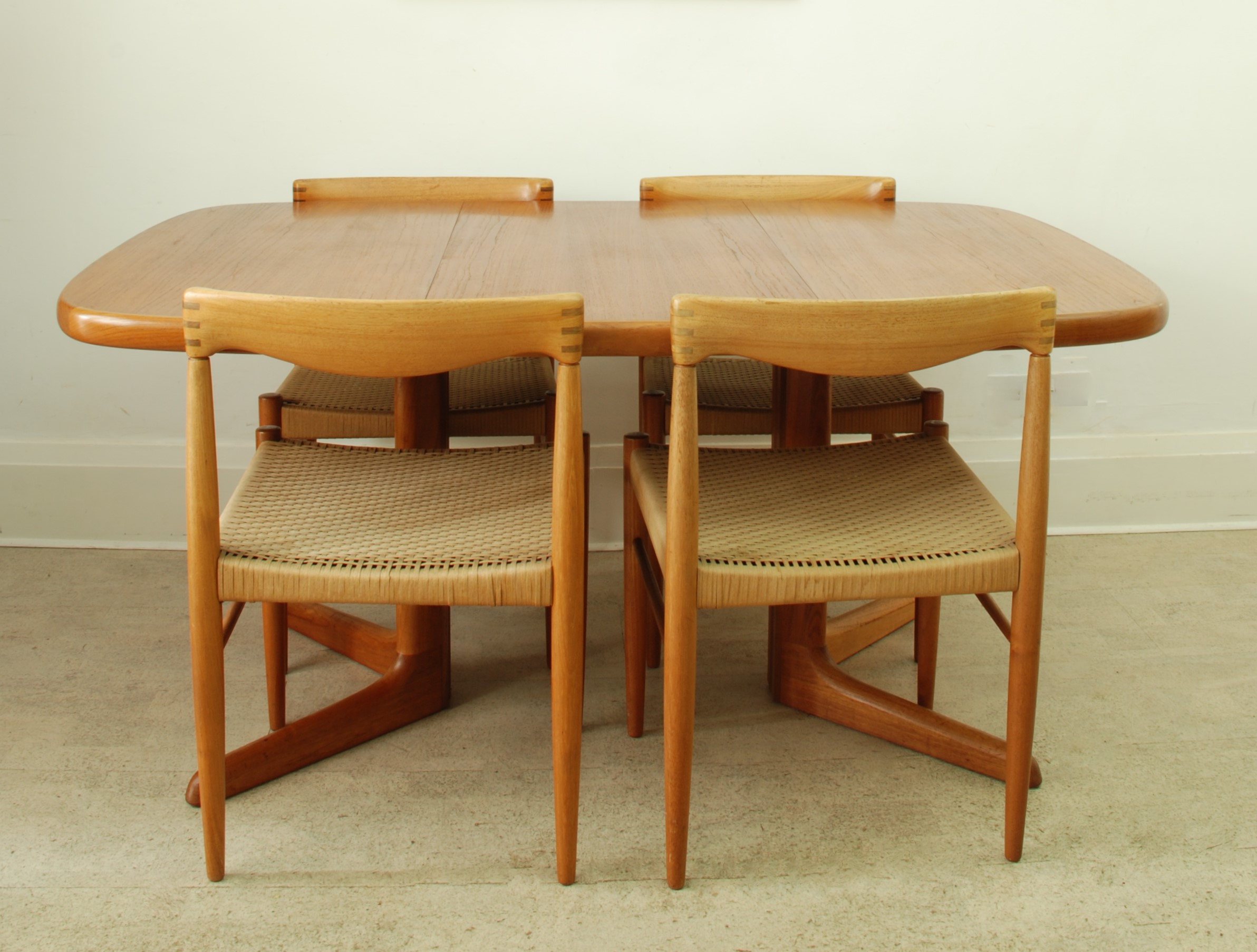 SKOVBY EXTENDING DINING TABLE
