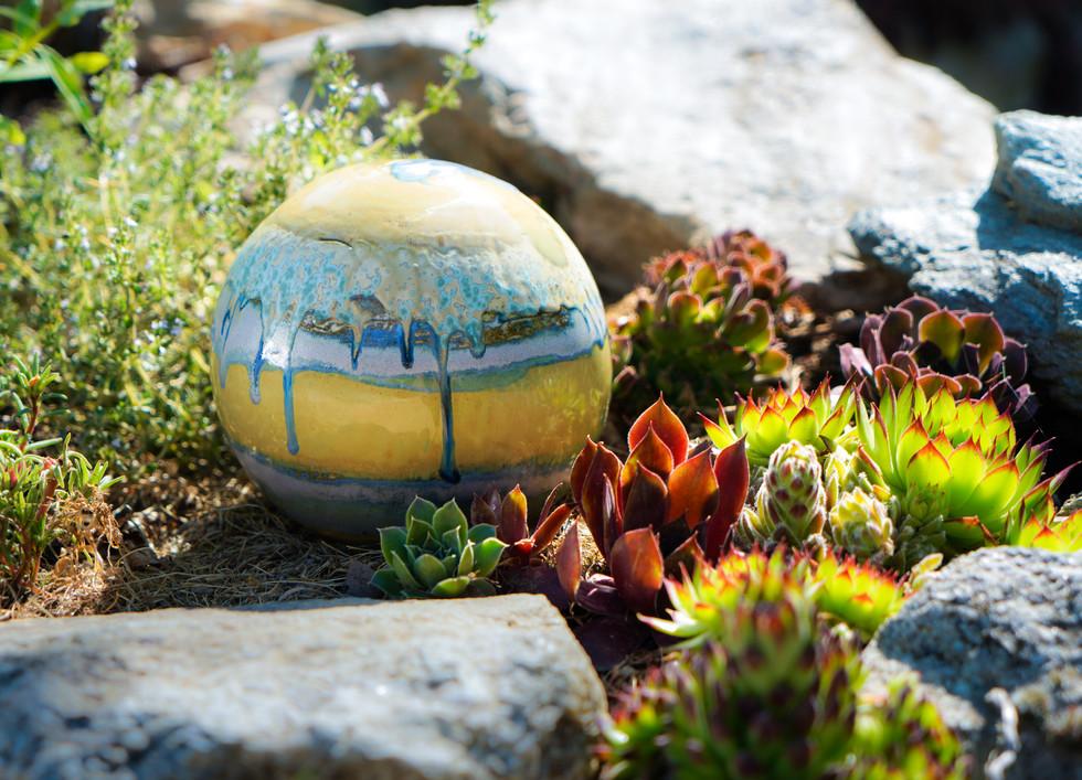 Keramik-Kugel im Steingarten