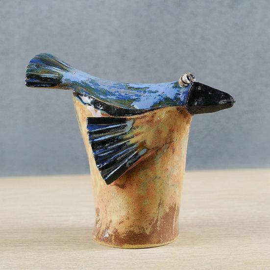 Tüten-Vogel mit beige-blauen Gefieder