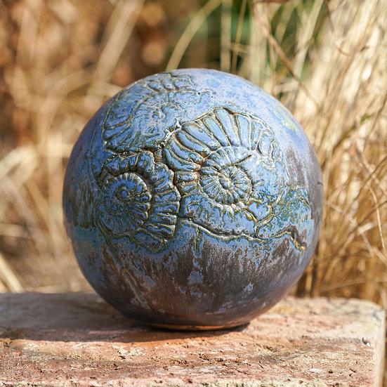 Gartenkugel aus Keramik in jeansblau 19cm