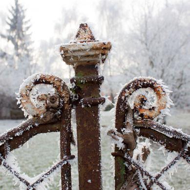 Alter Gartenzaun im Winter mit Raureif