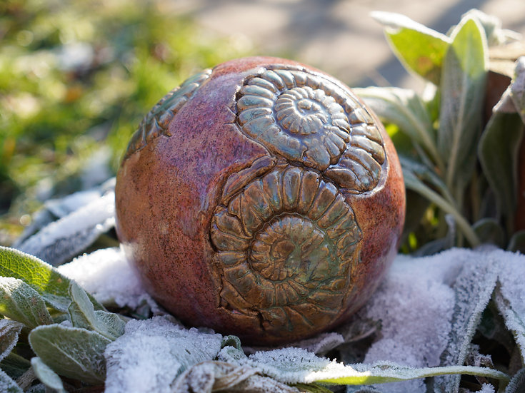 Ammoniten-Gartenkugel 'Rosenholz'
