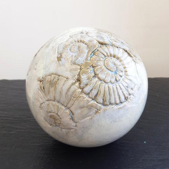 Gartenkugel mit Ammoniten-Struktur in creme